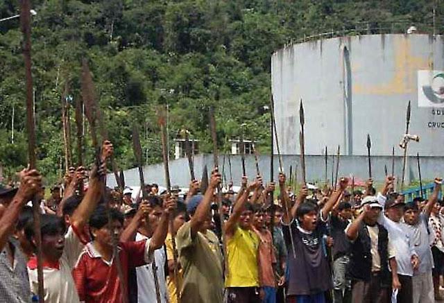 Manifestação indígena com armas primitivas na região amazônica