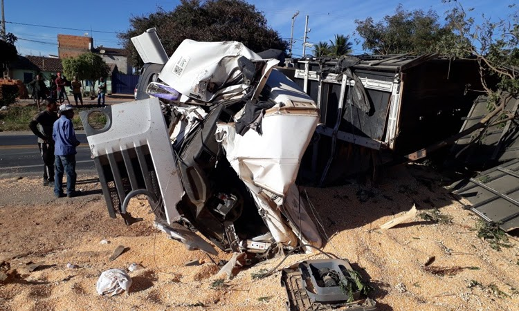 Caminhão carregado com milho tomba na Chapada Diamantina e motorista fica ferido