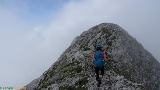 Caminando hacia la cima de la Torre de la Canal Vaquera