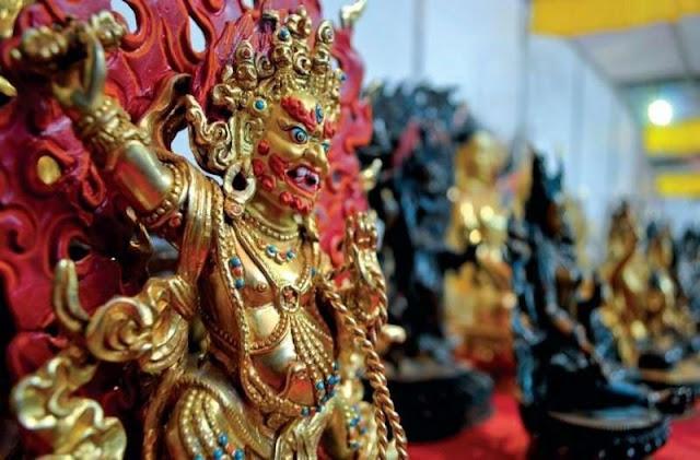 Từ những vị thần Hindu hay Đức Phật thu nhỏ cho đến những mặt nạ bằng gỗ chạm khắc tinh tế hay những con rối bằng đất nung… chính là những món đồ thủ công mỹ nghệ độc đáo và chắc chắn sẽ là món quà ý nghĩa sau chuyến du lịch Nepal. Chỉ cần không phải là đồ cổ thì bạn hoàn toàn có thể mua mang về làm quà.