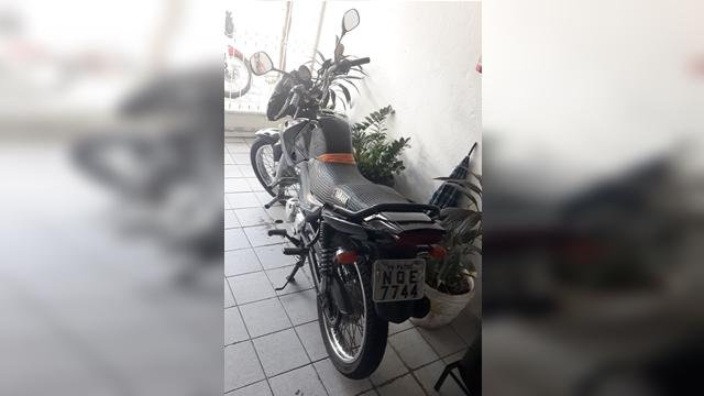 POLICIA MILITAR RECUPERA MOTOCICLETA ROUBADA INSTANTES APÓS O CRIME, EM PATOS