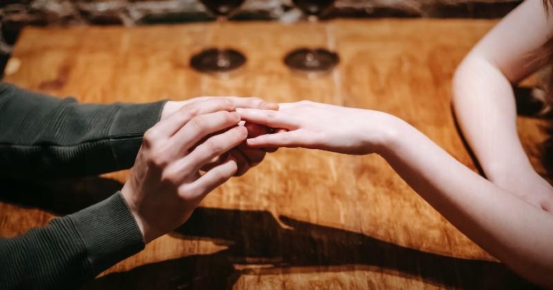 10 Hal yang Terjadi pada Tubuh Saat Jatuh Cinta