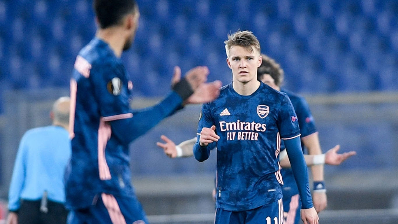 martin-odegaard-of-arsenal-fc-looks-dejected-after-pizzi-of-news-photo