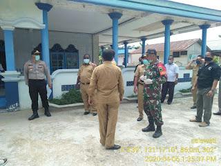 Anggota Koramil 03/Salawati Kodim 1802/Sorong Bersama-Sama Bupati Sorong Perangi Virus Covid-19