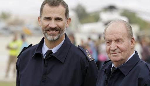Felipe VI y Juan Carlos I en una imagen de archivo. / Ángel Díaz (EFE)