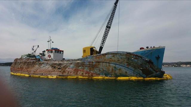 Επιχείρηση ανάσυρσης βυθισμένου πλοίου από το λιμάνι του Πόρτο Χελίου