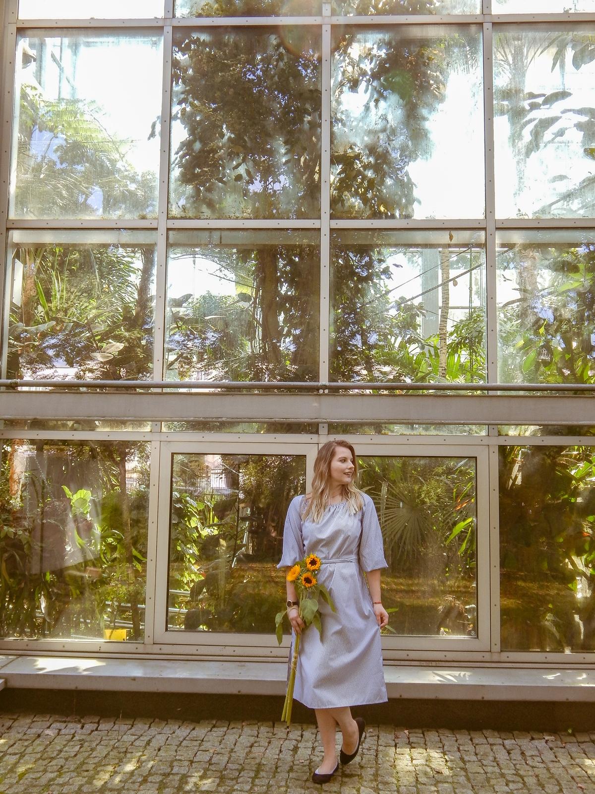 9 stylizacja polskie modowe blogi blogerki z łodzi fashion influencer sukienka w pionowe paski wakacyjna sesja foto melodylaniella słoneczniki szara sukienka w paski opinie o zaful