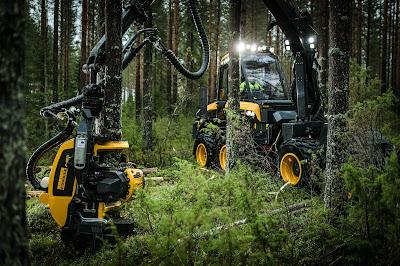 Skogsmaskin från Ponsse i bruk i skogen