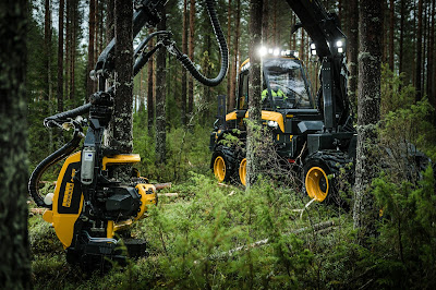 Två skogsmaskiner från Ponsse i arbete i skogen.