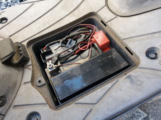 アドレスV125Gステップのバッテリーカバーを開ける