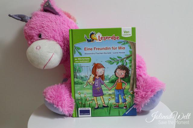 Buch Eine Freundin für Mia steht vor einem Plüscheinhorn
