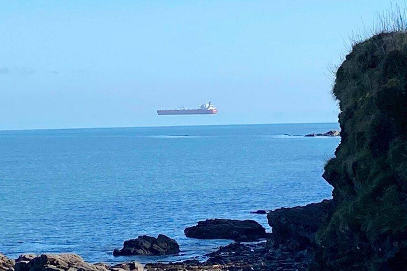 Científicos explican el efecto por el que este barco flota en el horizonte