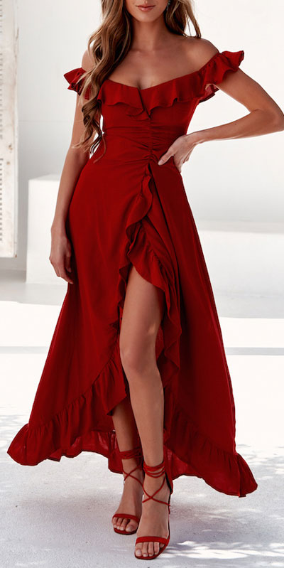 No matter what kind of date night you have planned for Valentine's Day. Here are 29 Romantic Valentines Day Outfits to Wow Your Date. Women's style + Fashion via higiggle.com | midi dress in red | #valentine #fashion #romance #dress