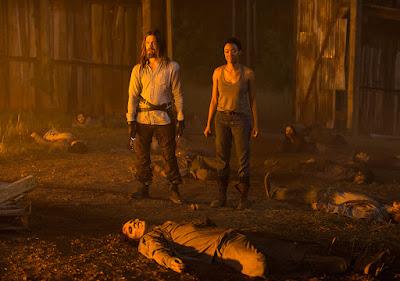 """Paul """"Jesus"""" Monroe (Tom Payne) e Sasha (Sonequa Martin-Green) contemplano l'arrivo della cavalleria (Maggie alla guida di un trattore)"""