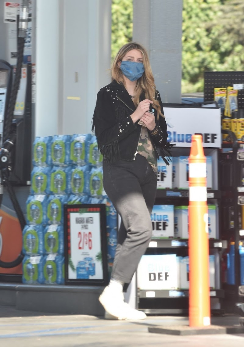 Mischa Barton Clicked at a Gas Station in Los Angeles  10 Dec-2020