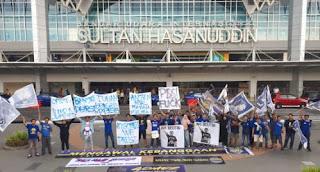 Bobotoh Sambut Kedatangan Tim Persib Bandung di Makassar