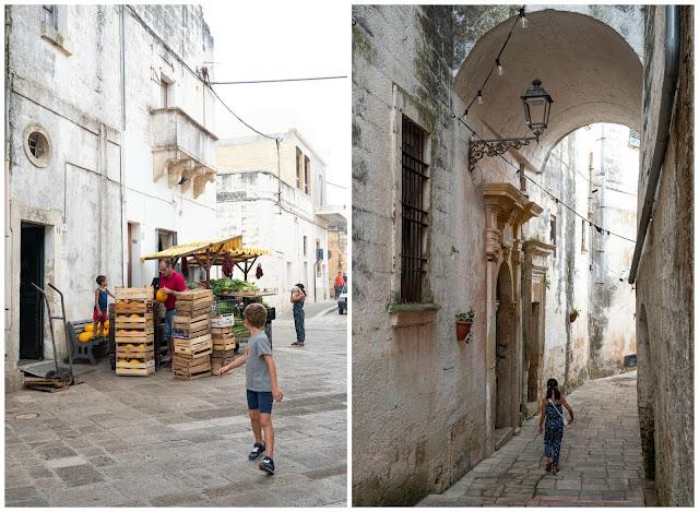 A la izquierda niño frente a un puesto de frutas. A la derecha niña pasando bajo un arco de piedra frente a una fachada monumental.