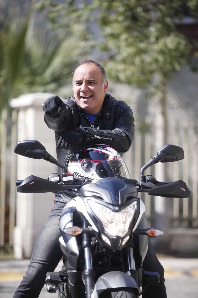 Pelao Rodrigo está en clases para aprender a andar en moto