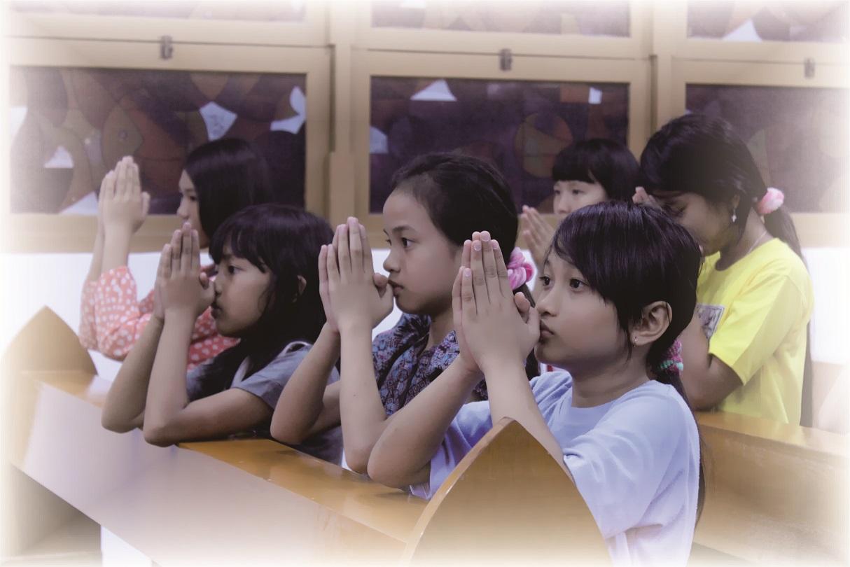 3 Alasan Umat Katolik Berlutut Saat Masuk Gereja