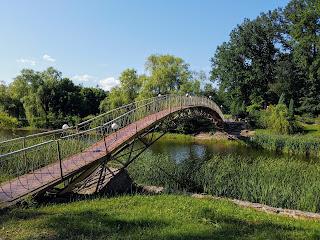 Графское. Гостинично-оздоровительный центр «Форест-Парк». Мост через пруд