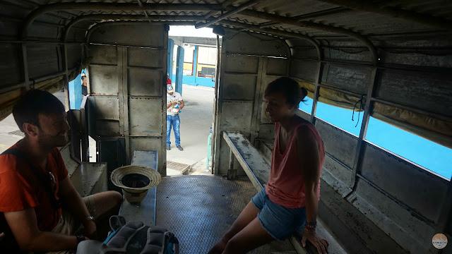 Parte trasera del camión con tablas a los lados para los asientos.
