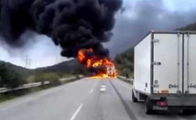 Σοκαριστική μετωπική σύγκρουση νταλίκας που τυλίχθηκε στις φλόγες με Ι.Χ (βίντεο)