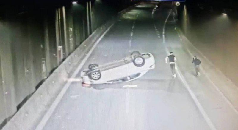 Qué pasó después de que estos dos jóvenes volcaran en la autopista Acceso Sur