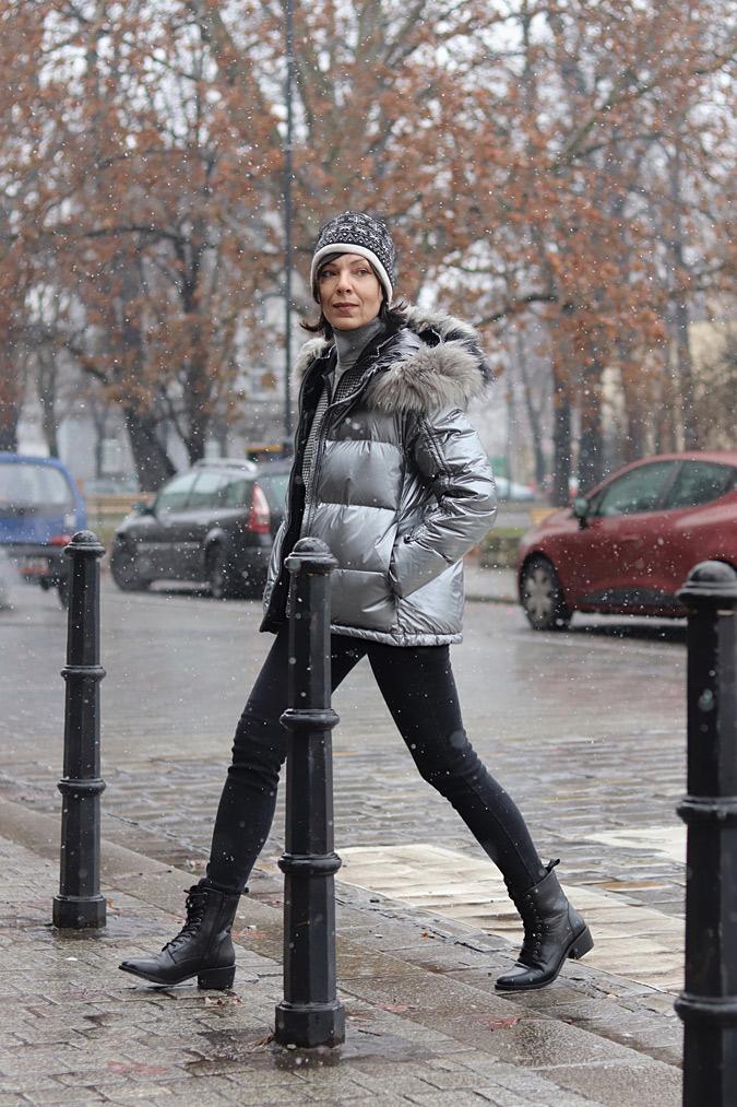 srebrna kurtka puchowa z futerkiem stylizacje