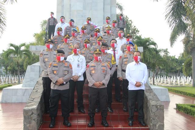 Wakapolda Lampung Pimpin Upacara Ziarah dan Tabur Bunga di TMP Nasional Tanjung Karang