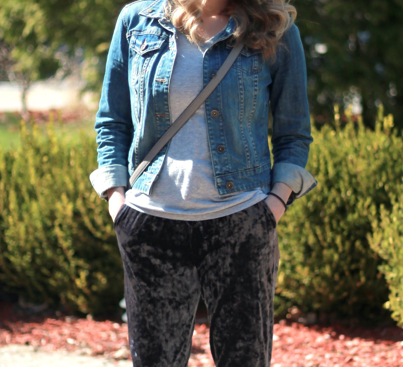 casual blue velvet joggers outfit, velvet joggers day to night, blue velvet joggers, quilted slip ons, denim jacket, grey tee