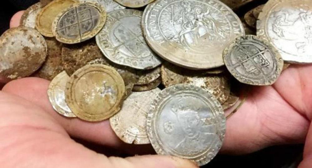 Έψαχνε για τη βέρα φίλου του σε χωράφι και βρήκε αρχαίο θησαυρό με χρυσά νομίσματα