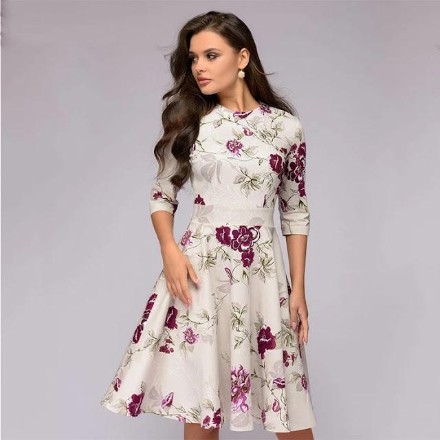 dress motif bunga yang cantik dikenakan oleh wanita