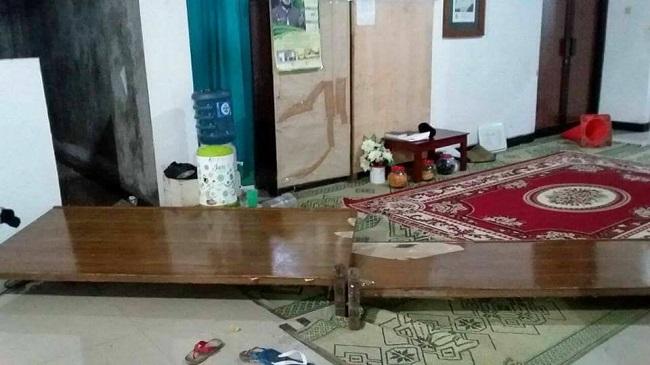 Pria mengaku kader PDI merusak mesjid di Yogyakarta.