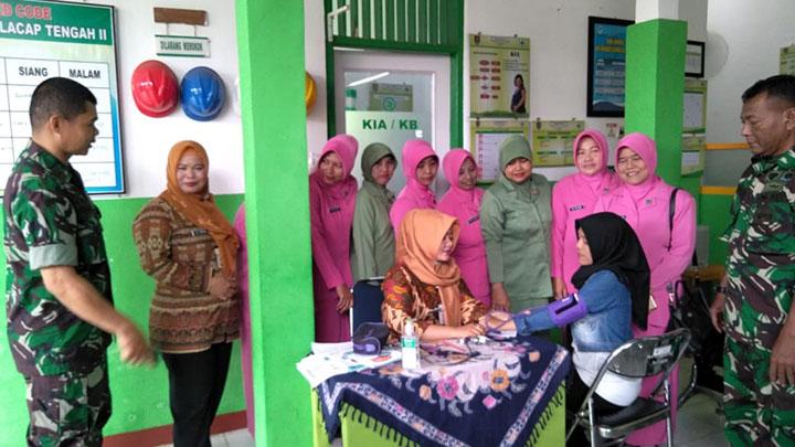 Anggota Koramil 01/Cilacap dan Polsek Cilacap Tengah Bersinergi Dalam Pelayanan KB Kesehatan