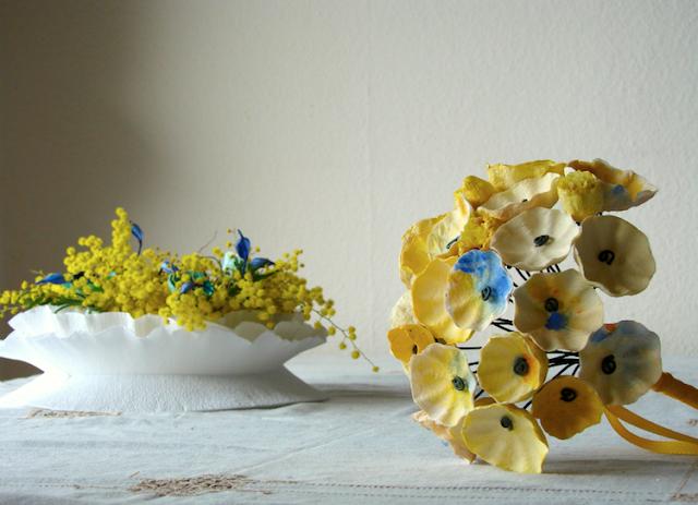 centrotavola di carta con mimosa e bouquet ecologico con fiori di carta