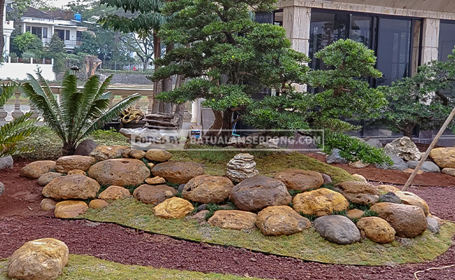 inspirasi taman modern dengan batu kali kuning