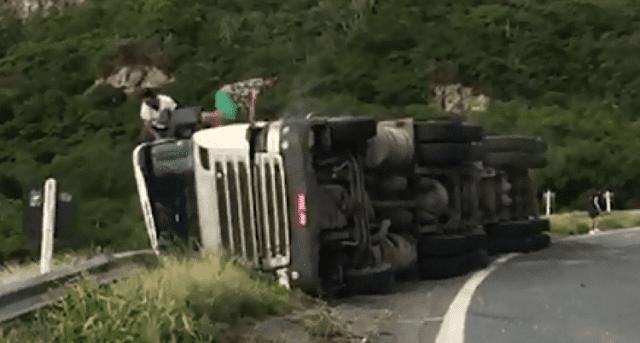 Bombeiro de folga resgata motorista após carreta tombar na Chapada Diamantina