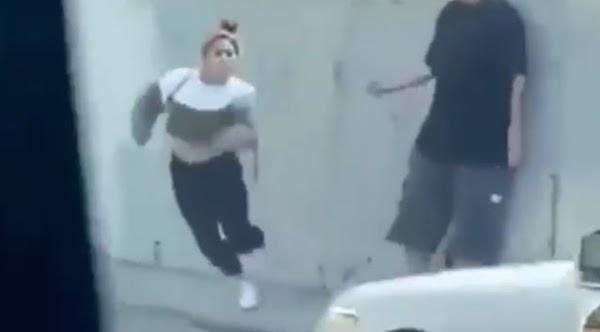 Novia toxica desesperada se lanza contra los carros para el novio no la dejara