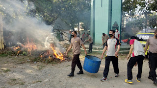 Jelang HUT Bhayangkara, Personil Polres Pangkep bersihkan Masjid hingga Stadion