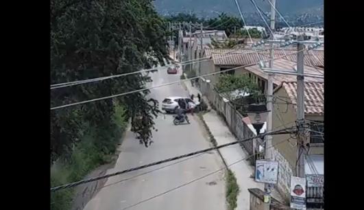 VIDEO: Sicario da alcance a familia que viajaba en Camioneta les dispara y estas chocan al ver que se bajan regresa y las sigue atacando y por ver lo que no abate a motociclista que solo paso por la zona