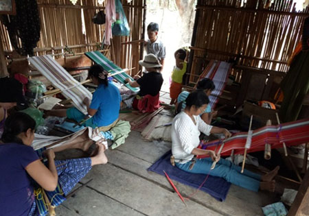Phụ nữ trong làng dệt thổ cẩm lúc nông nhàn