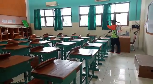 Cegah Corona, SKKK Surakarta Lakukan Penyemprotan Area Sekolah