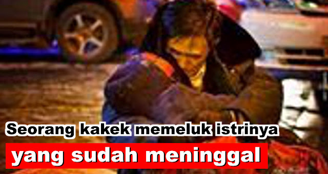 Mengharukan, seorang kakek memeluk istrinya yang sudah meninggal selama dua jam di pinggir jalan