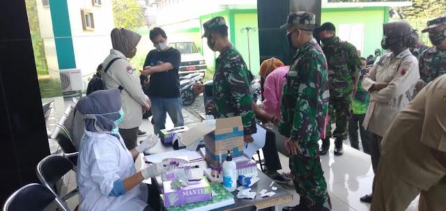 """Mojokerto, - Jajaran TNI di Jawa Timur terus memaksimalkan upaya pencegahan, penanggulangan dan pemutusan mata rantai penyebaran Corona Virus Disease 2019 (Covid-19), tidak terkecuali Kodim 0815/Mojokerto beserta Koramil jajarannya dengan menggandeng Pemerintah Daerah, Kepolisian dan stakeholder lainnya.   Tidak hanya di wilayah tugas tanggung jawab, upaya pencegahan Covid-19 juga dilakukan Kodim 0815/Mojokerto di internal satuan melalui forum Jam Komandan guna memberikan arahan dan penekanan kepada seluruh personel militer dan PNS TNI AD Makodim 0815/Mojokerto maupun Koramil jajaran.  Seperti kali ini, Senin (15/06/2020), Kodim 0815/Mojokerto menggandeng Dinas Kesehatan Kabupaten Mojokerto melakukan Rapid Tes bagi personel TNI dan PNS TNI AD Makodim 0815 di UPT Laboratorium Kesehatan Daerah (Labkesda) Jalan Raya Jabon Desa Jabon Kecamatan Mojoanyar, Kabupaten Mojokerto, Jawa Timur.  Selain di Labkesda, pelaksanaan Rapid Test juga dilakukan bagi personel militer dan PNS TNI AD di Koramil Jajaran Kodim 0815/Mojokerto dengan menggandeng UPT Puskesmas yang berada di wilayah Koramil masing-masing.  Saat dikonfirmasi, Dandim 0815/Mojokerto Letkol Inf Dwi Mawan Sutanto, SH., mengatakan, dilaksanakannya rapid test ini sebagai salah satu upaya pencegahan sekaligus memproteksi anggota Kodim 0815 beserta Koramil jajaran agar terhindar dari penyebaran Covid-19.  """"Paling tidak melalui rapid test ini dapat diketahui tingkat immunitas anggota, baik militer maupun PNS TNI AD. Apabila hasil rapid test ini maka akan dilanjutkan dengan test Swab, untuk memastikan terjangkit atau tidaknya, melalui Rumah Sakit yang sudah ditunjuk di wilayah Mojokerto Raya,"""" tegasnya.   Masih lanjut Dandim 0815, secara preemtif, pihaknya sudah menginstruksikan kepada seluruh anggota, untuk selalu memelihara kebugaran dan stamina sehingga imunitas tubuh tetap terjaga bahkan meningkat, diantaranya melalui olah raga rutin yang teratur, mengkonsumsi makanan bergizi dan kaya nutrisi, berjemur di terik mataha"""