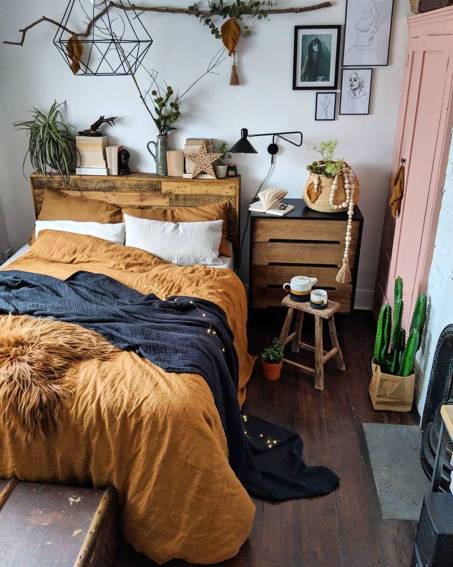 Przytulne wnętrze z intensywnymi akcentami, wystrój wnętrz, wnętrza, urządzanie domu, dekoracje wnętrz, aranżacja wnętrz, inspiracje wnętrz,interior design , dom i wnętrze, aranżacja mieszkania, modne wnętrza, sypialnia, bedroom, łóżko, zagłówek z desek, drewniany zagłówek