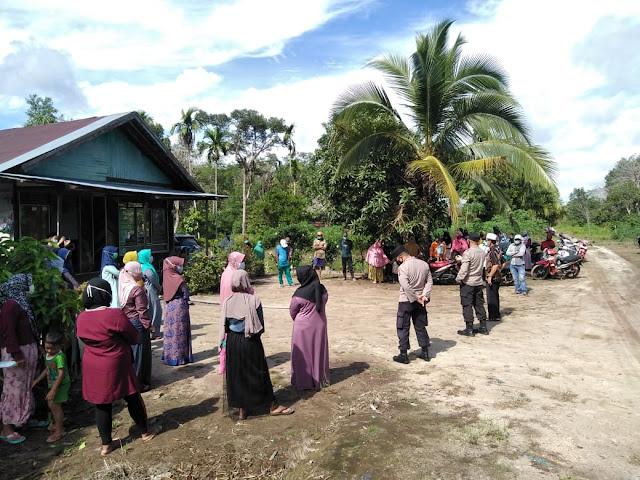 Polsek Jaya Karya Mendampingi Dan Melaksanakan Pengamanan Dan Monitoring Pembagian Paket Sembako