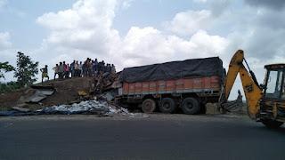 टांडा घाट में असंतुलित होकर ट्रक टकराया