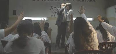 Josiane recebe oração de pastor no culto evangélico dentro do presídio da novela das nove