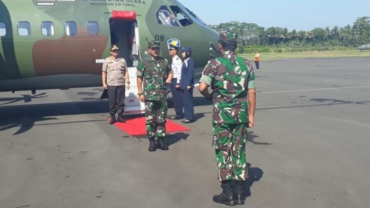 Pangdam IV dan Kapolda Jateng Sambut Panglima TNI di Bandara Tunggulwulung Cilacap
