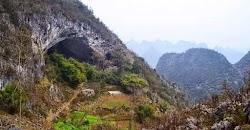 Μέσα σε μια τεράστια σπηλιά ζουν οι κάτοικοι ενός χωριού στην Κίνα, που βρίσκεται πάνω σε βουνό 1.800 μέτρων!  Οι περίπου 100 κάτοικοι του χ...